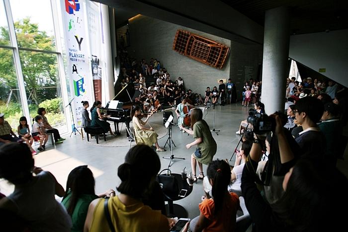학생들이 펼치는 음악회와 관람 중인 관람객들