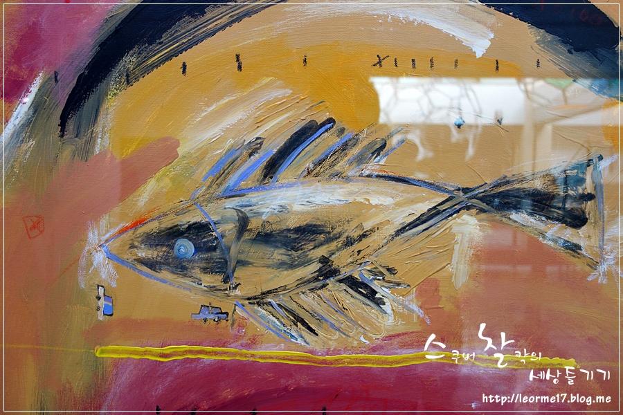 물고기가 그려진 두츠의 작품