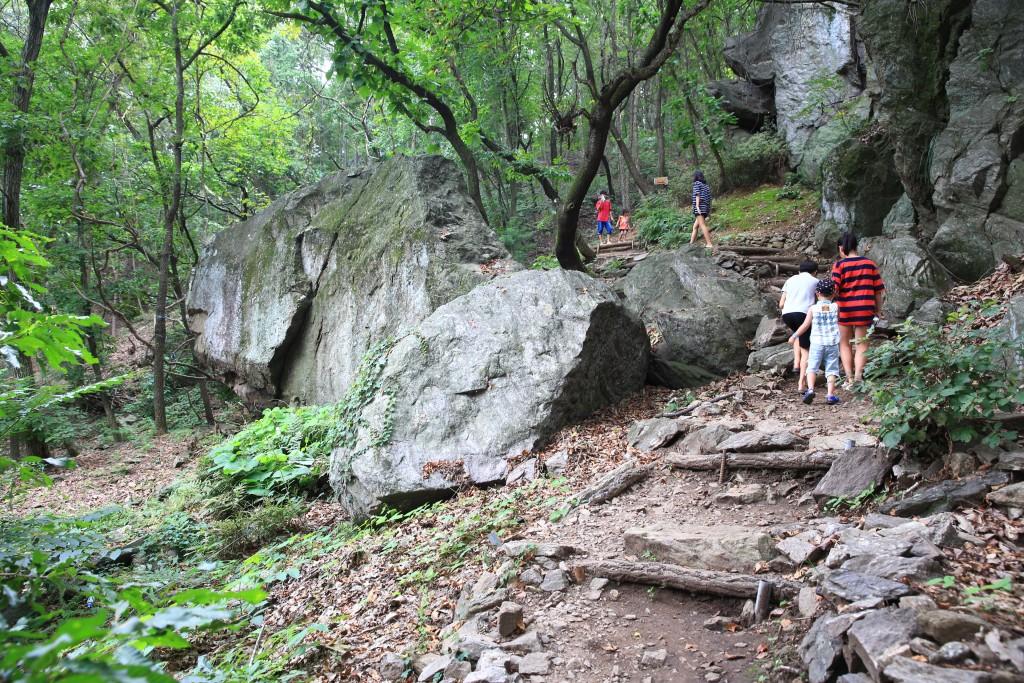 호랑이가 살았다는 범바위 동굴