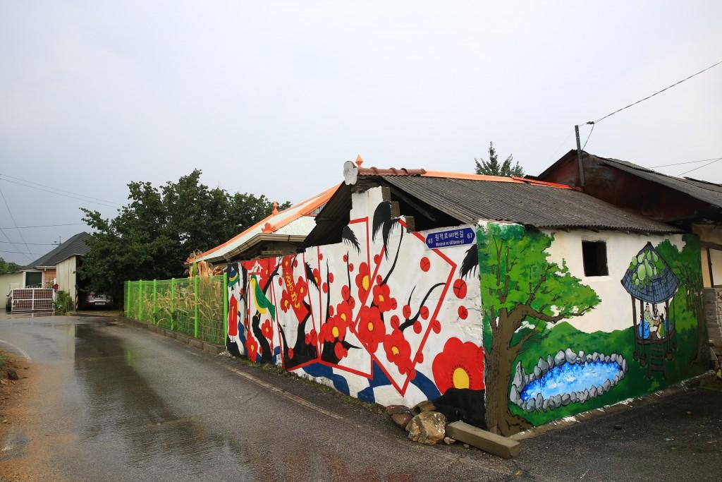 화투패 벽화, 연못 벽화가 그려진 집