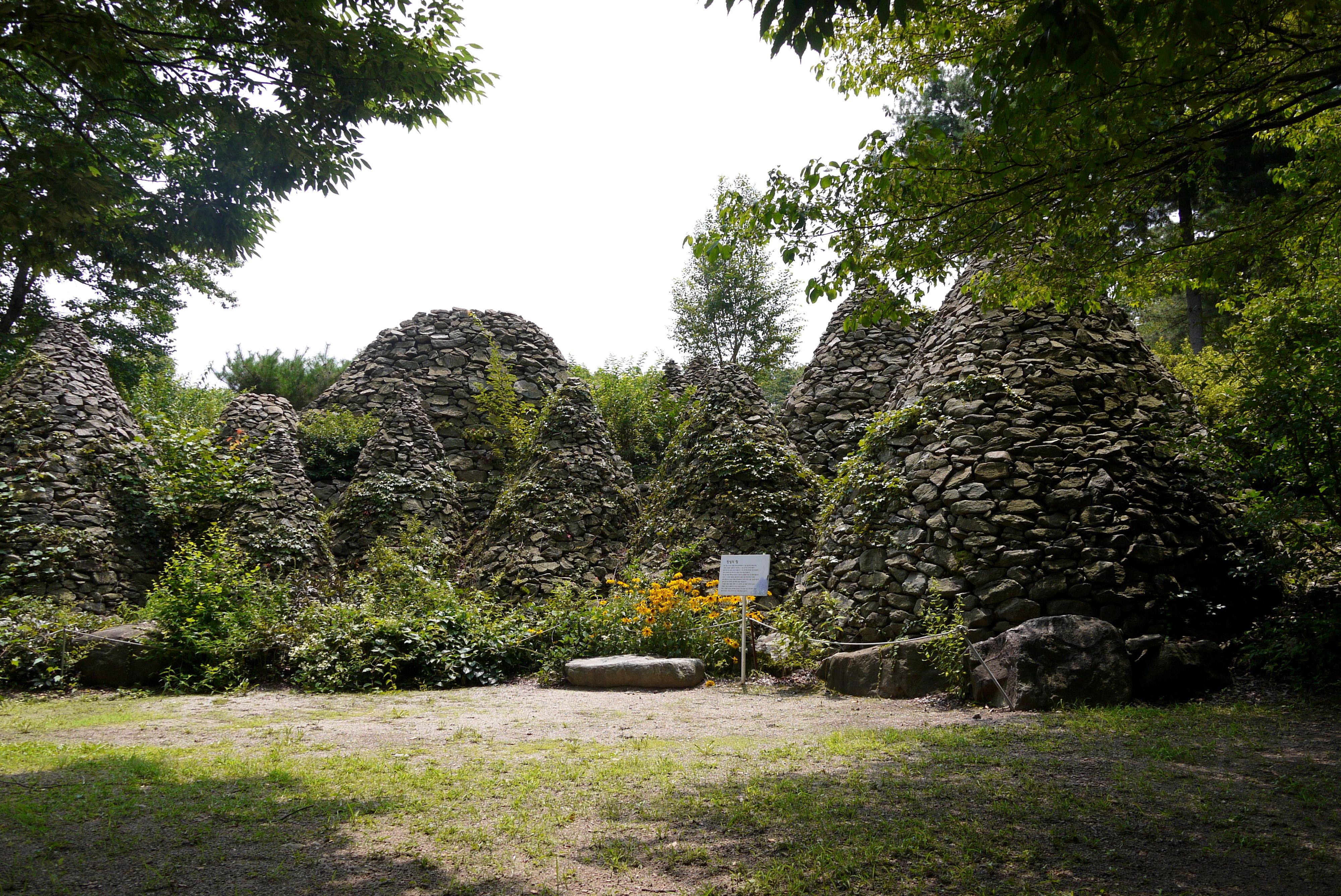 돌탑이 쌓여 있는 산책로