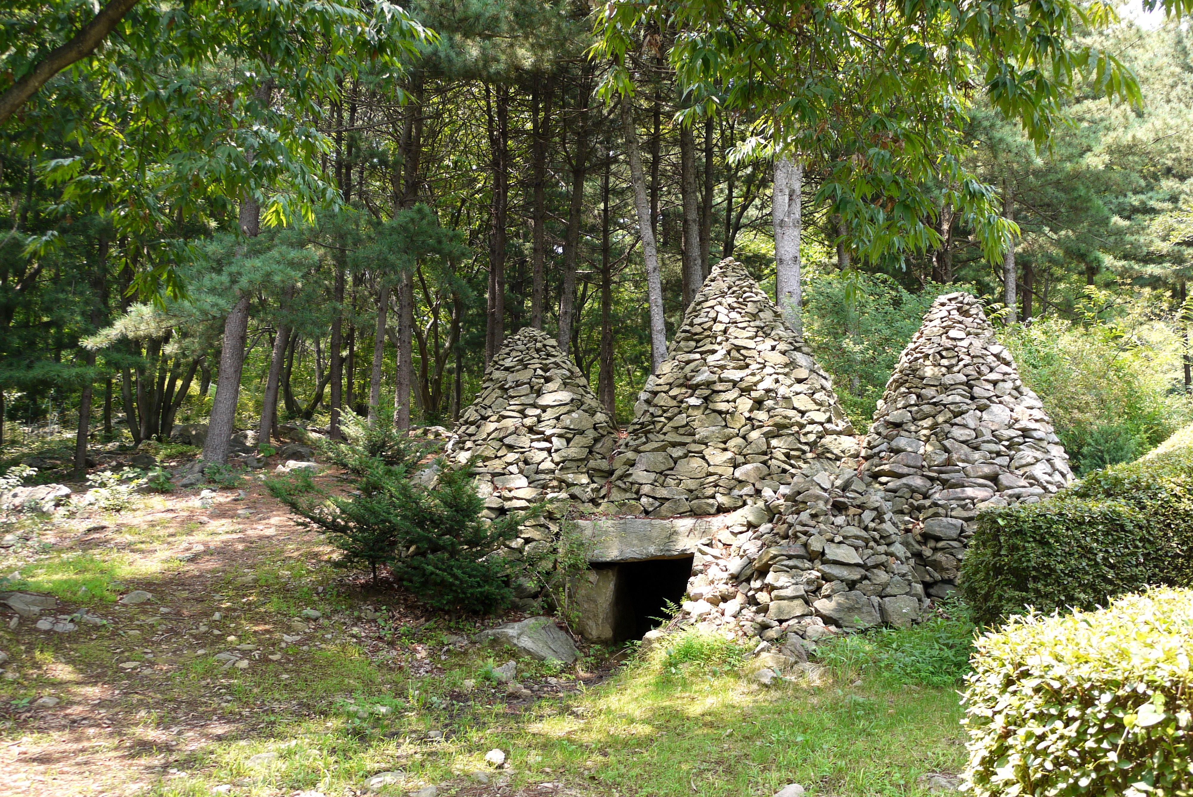 잣나무 숲속의 돌탑들