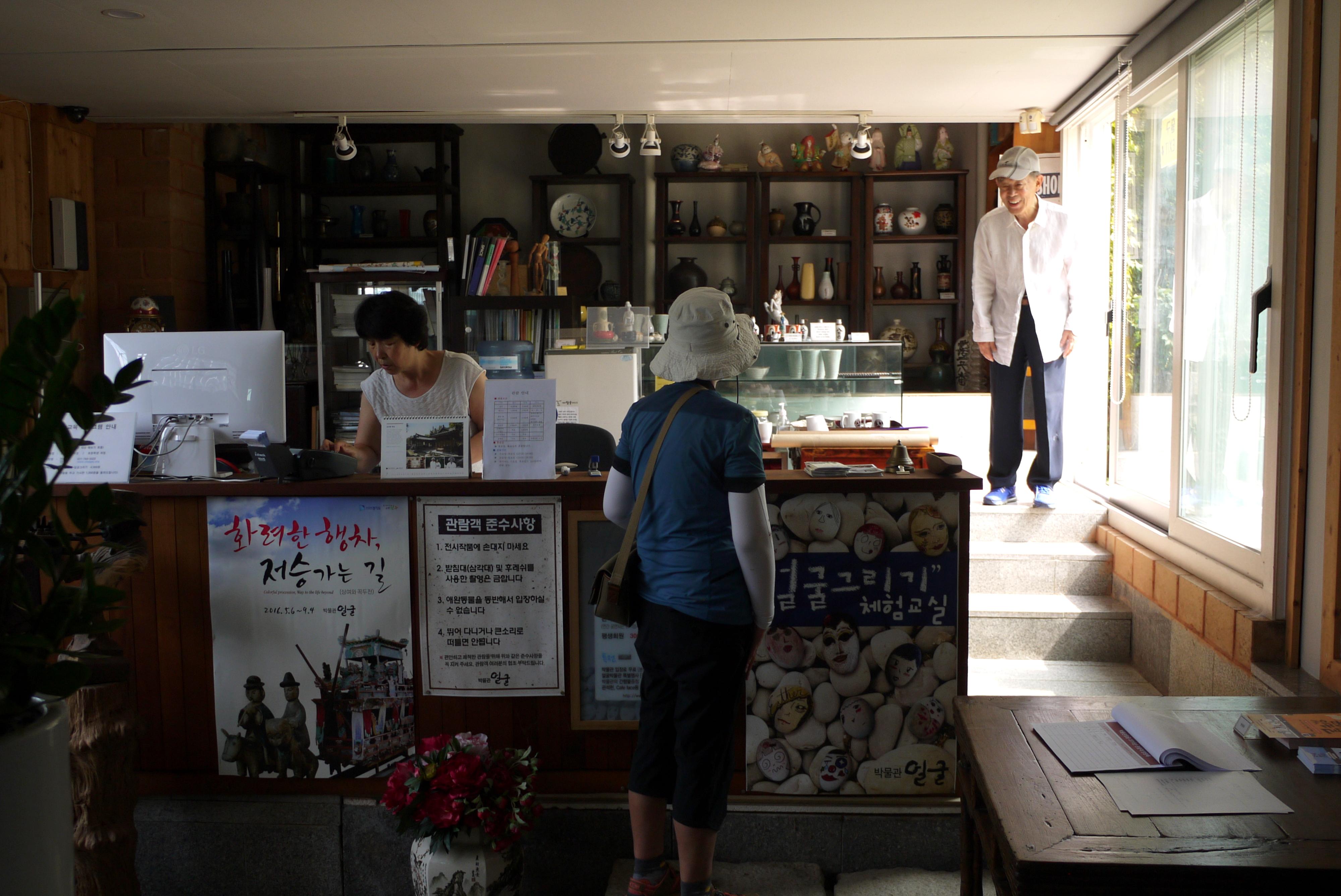 박물관 내부에 있는 사람들의 모습