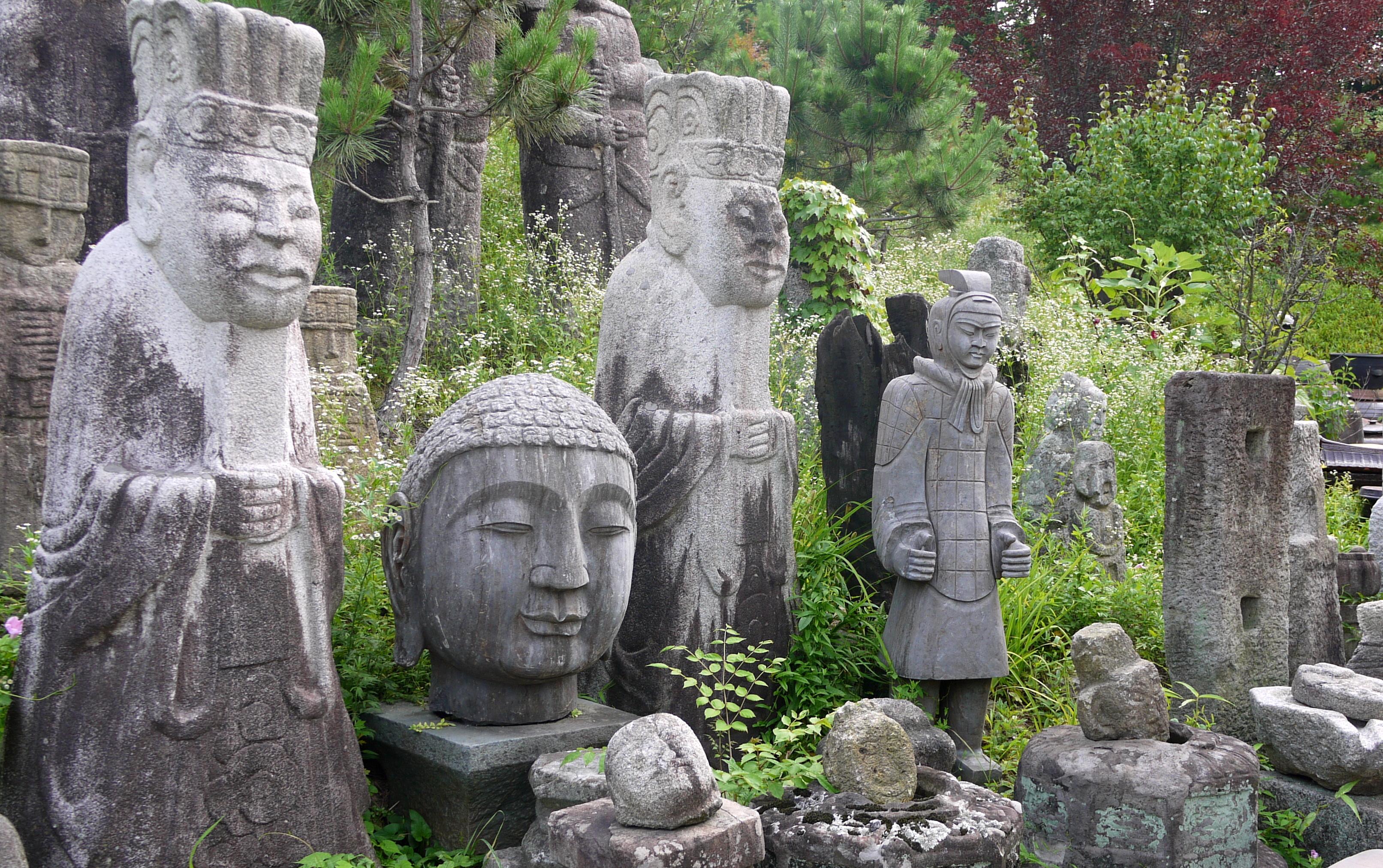 다양한 석상들