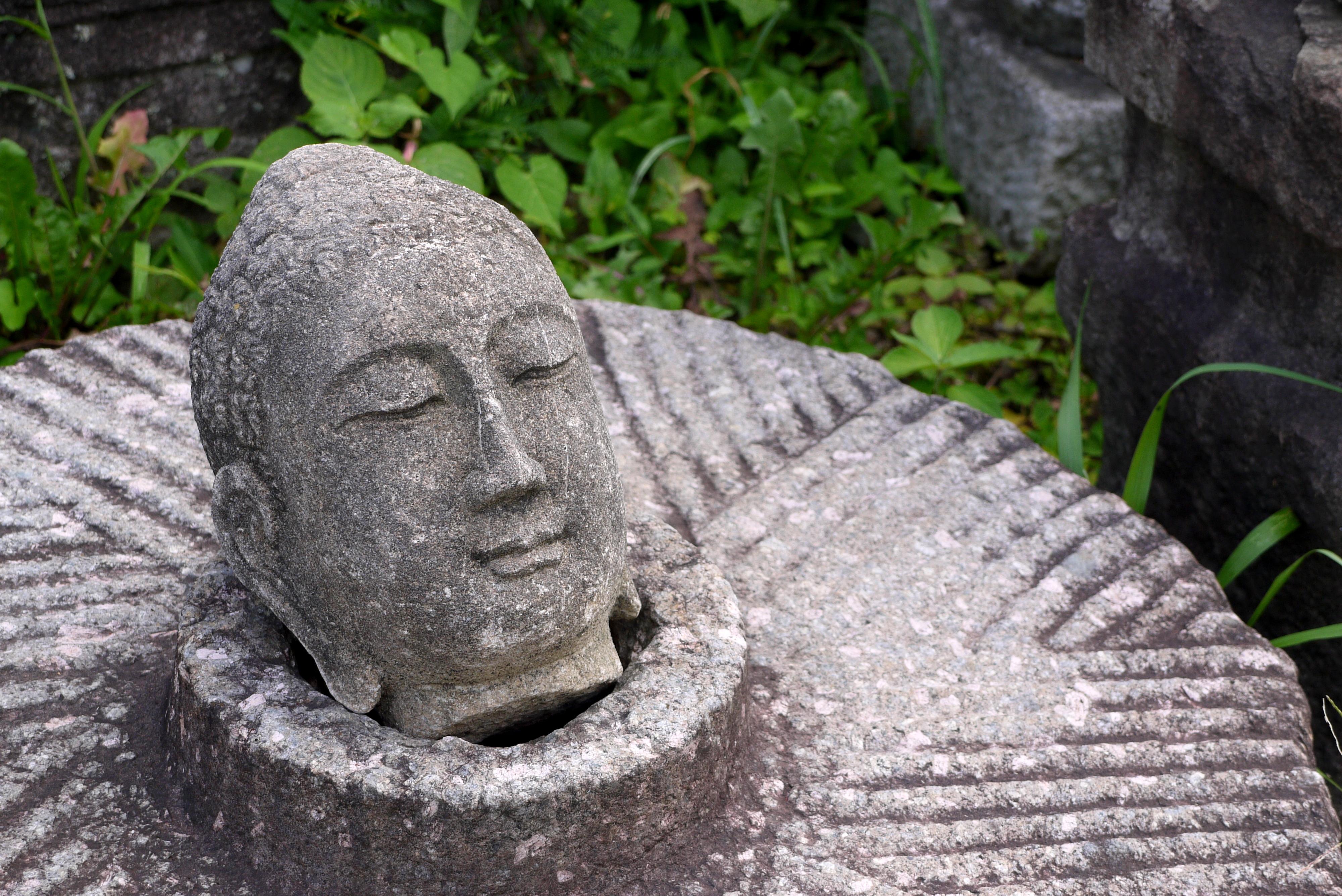 돌로 조각된 불상의 머리 부분