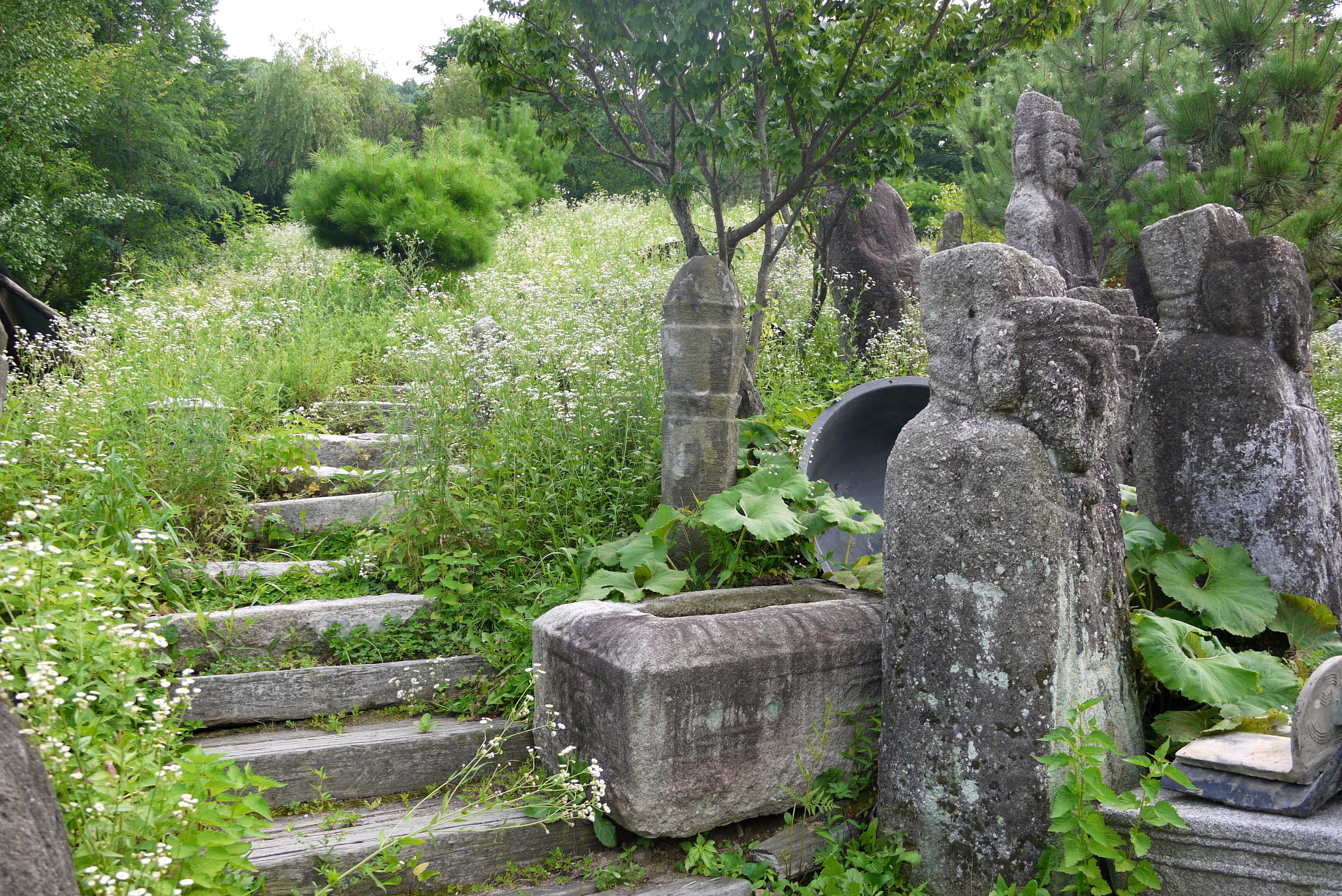 산책로에 있는 다양한 석상들