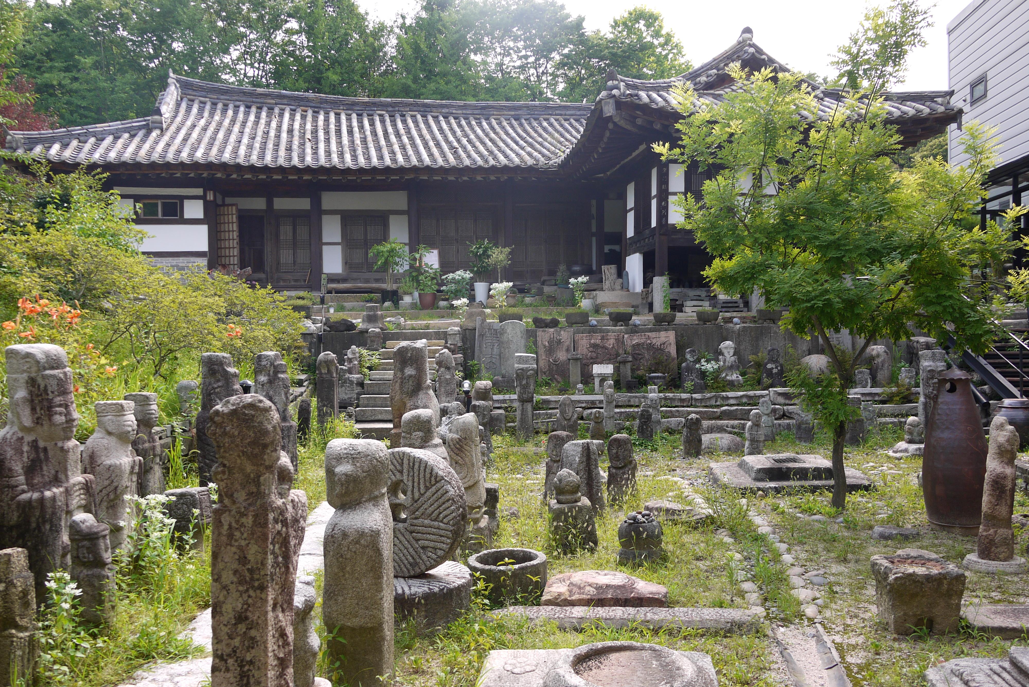 건물 뒤편의 다양한 석상들