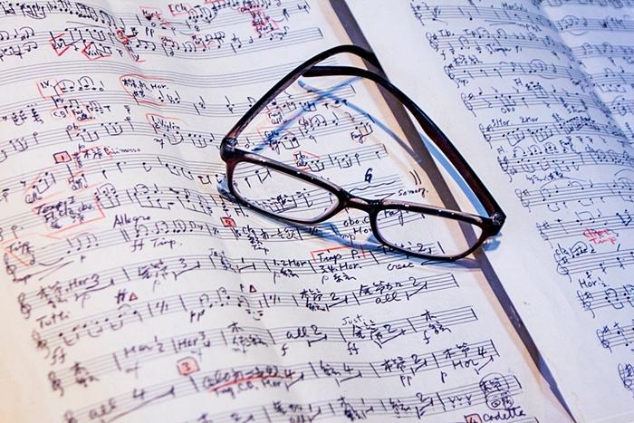 이흥렬 선생이 작곡한 악보와 안경