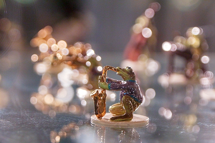 색소폰을 부는 개구리 도자기