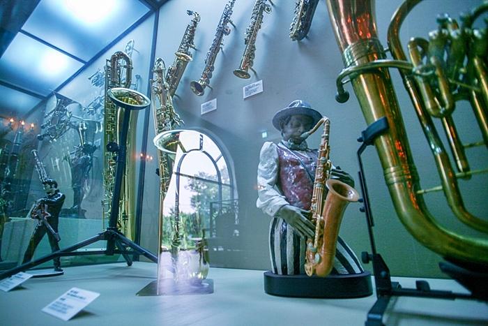 다양한 목관악기와 금관악기 전시장