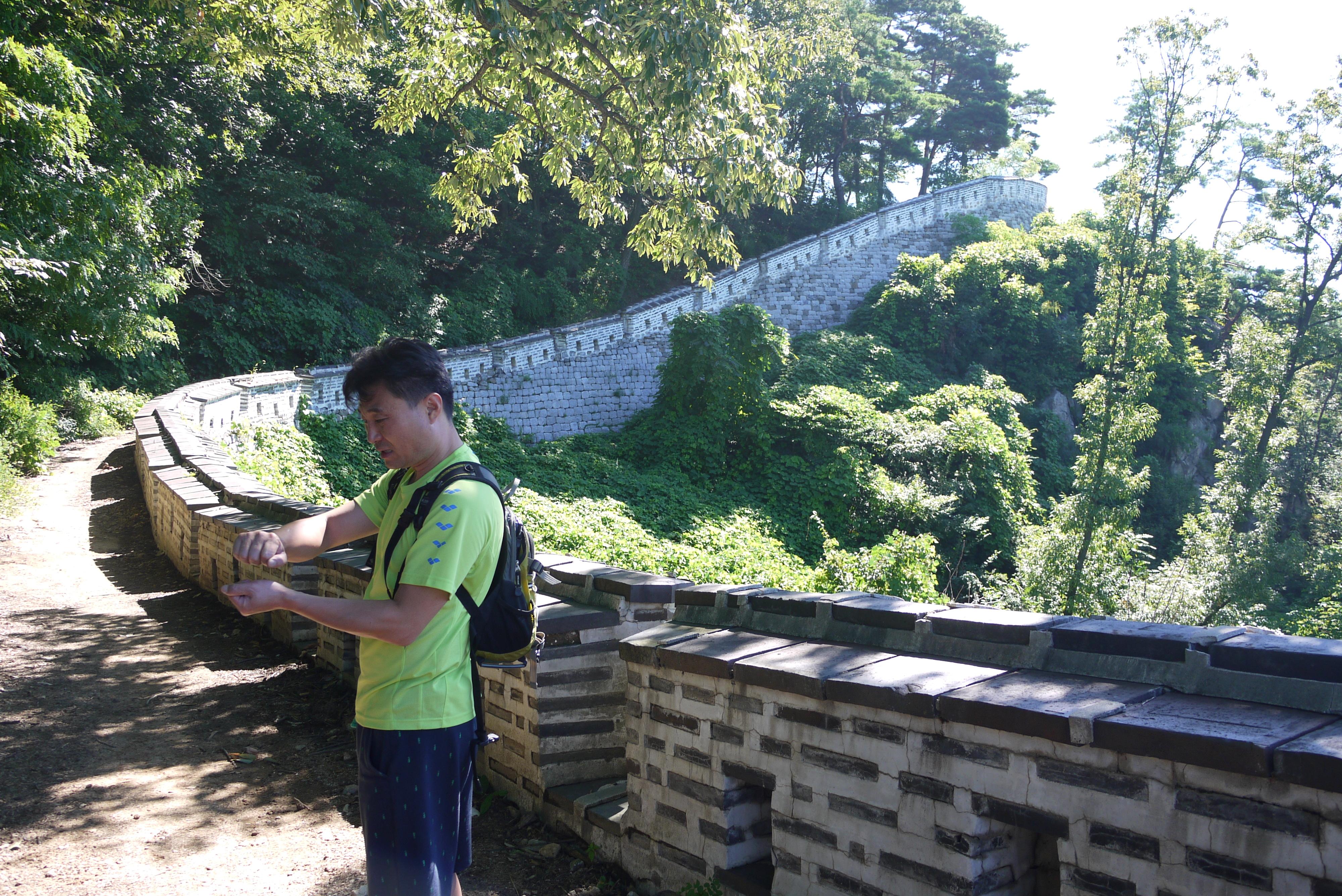 남한산성에 서 있는 남성