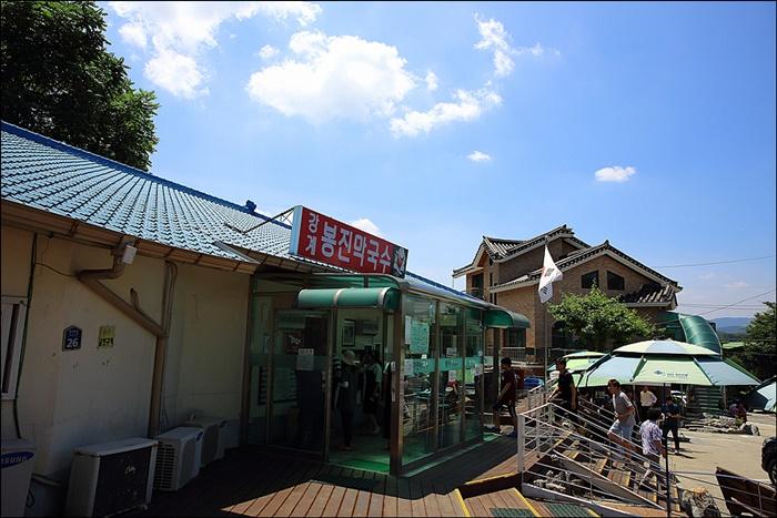 강계 봉진막국수 가게 앞 풍경