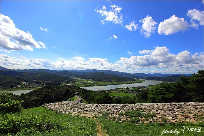 파사성에서 바라보는 강과 푸른 하늘