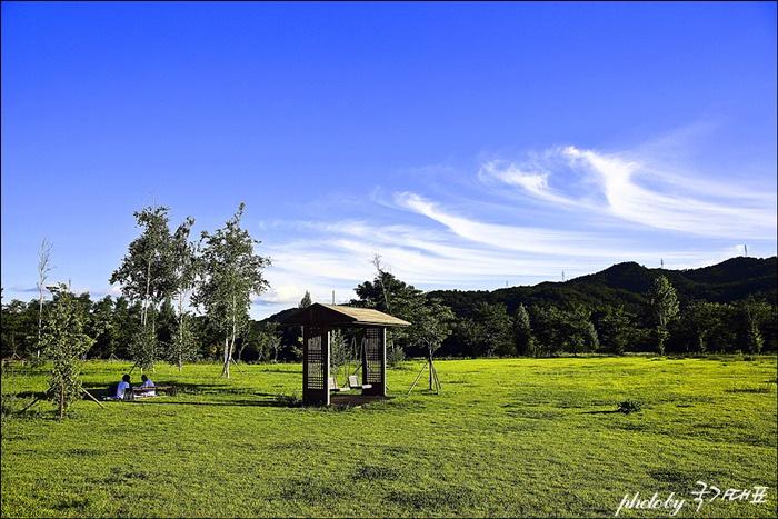 강천섬 풀밭에서 휴식을 취하는 사람들