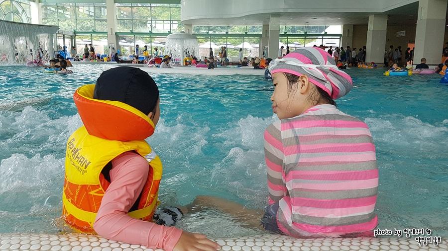 온천욕을 즐기는 아이들