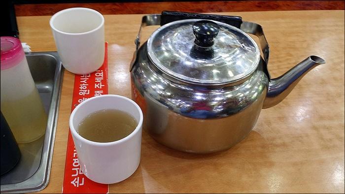 주전자와 컵에 든 물