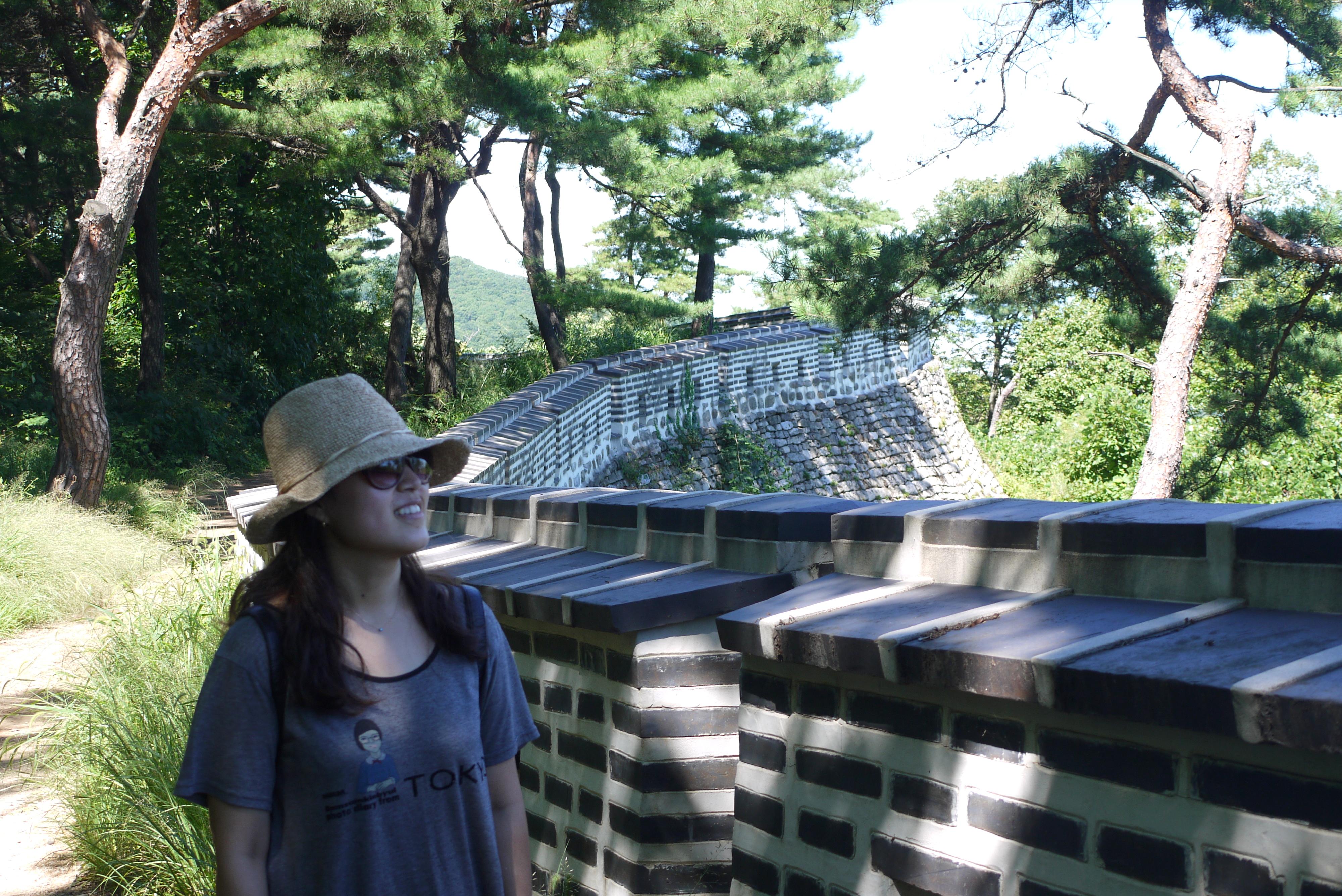 남한산성에 서 있는 여성