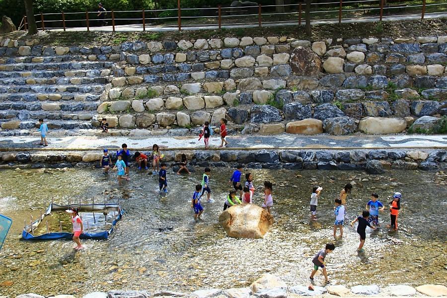 용문산 계곡에서 놀고있는 아이들