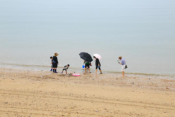 제부도 해안 산책 하는 가족