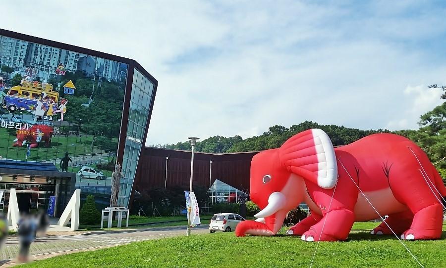 붉은색 코끼리 풍선이 있는 양평군립미술관 외부 전경