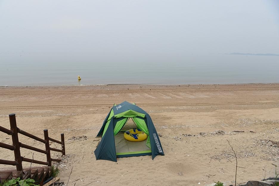 제부도 해안에 설치된 텐트