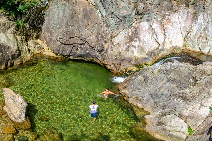 계곡에서 물놀이하는 사람들