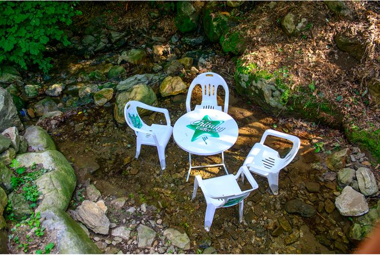 캠핑장 근처에 놓여있는 의자들