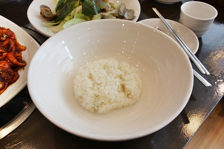 비빔밥용 그릇에 나온 밥