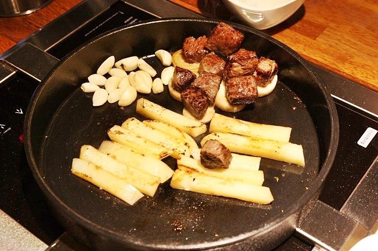 잘 구워진 스테이크, 마늘, 감자