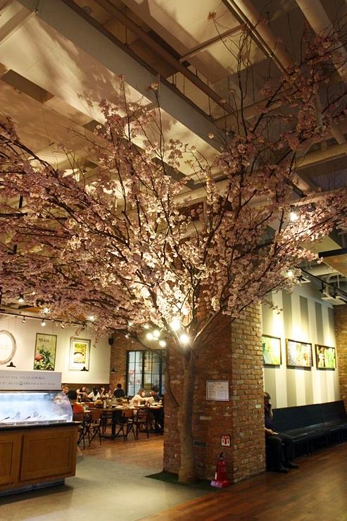 벚꽃나무가 있는 인테리어
