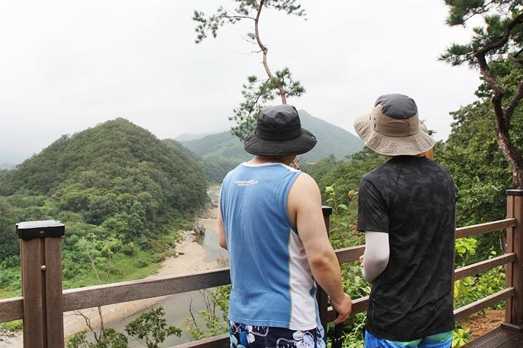 한탄강 유역 물줄기에 대해 설명을 해주는 아빠와 듣고있는 아들