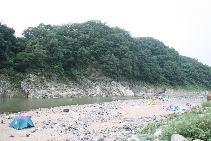 강 주변의 캠핑장