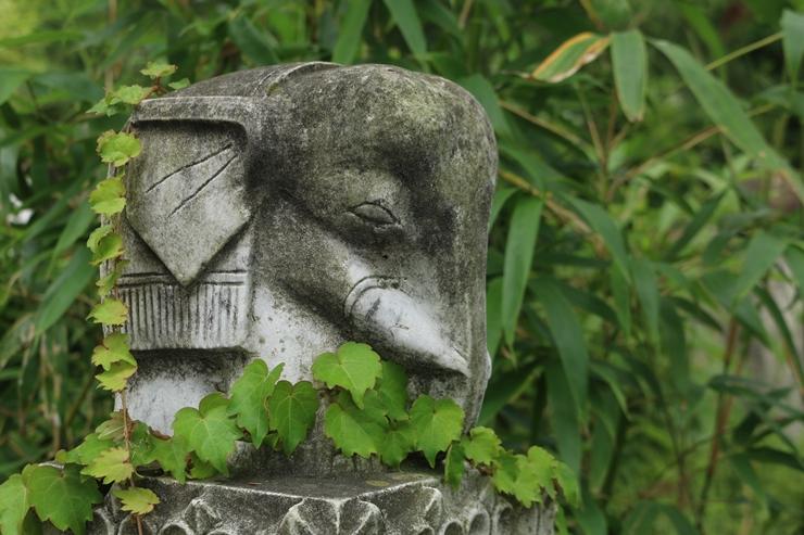 돌로 조각한 코끼리