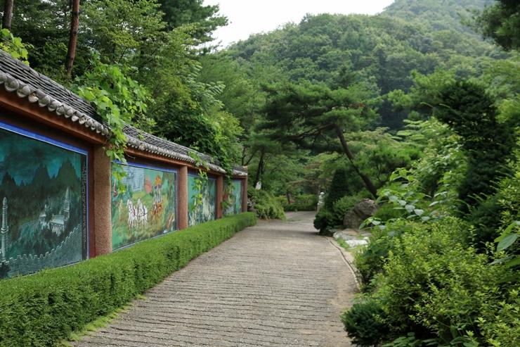 석가모니의 일생을 탱화로 그려 놓은 벽들