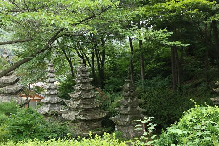 깊은 산 사이로 보이는 석탑들