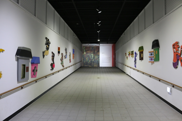 양쪽 벽에서 볼 수 있는 아프리카의 생활상들