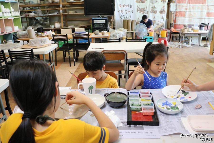 초벌 그림을 그리는 아이들