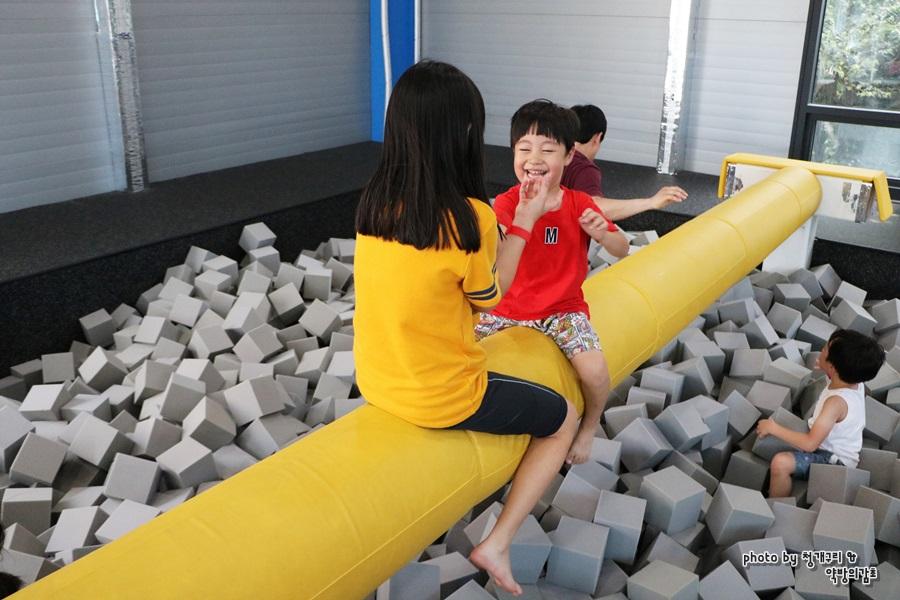 외나무 다리 놀이를 하는 아이들