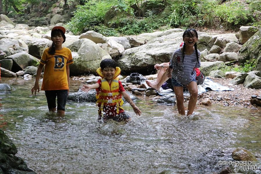 용문산 계곡에서 놀고 있는 아이들