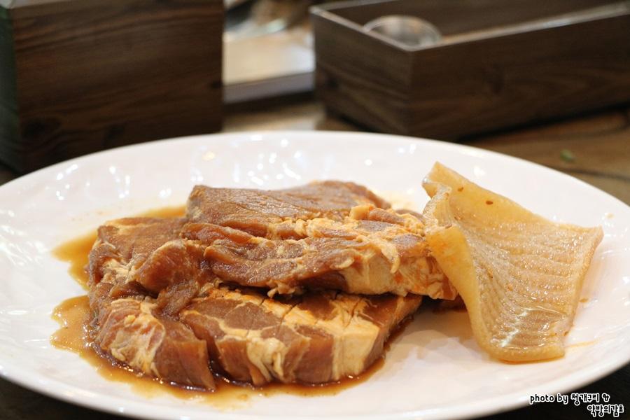 수제스테이크갈비와 돼지 껍데기