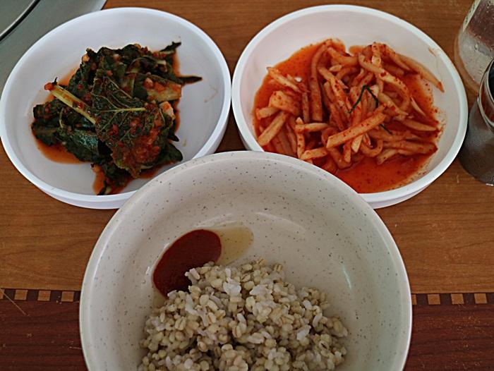 기본찬과 서비스로 나오는 보리밥