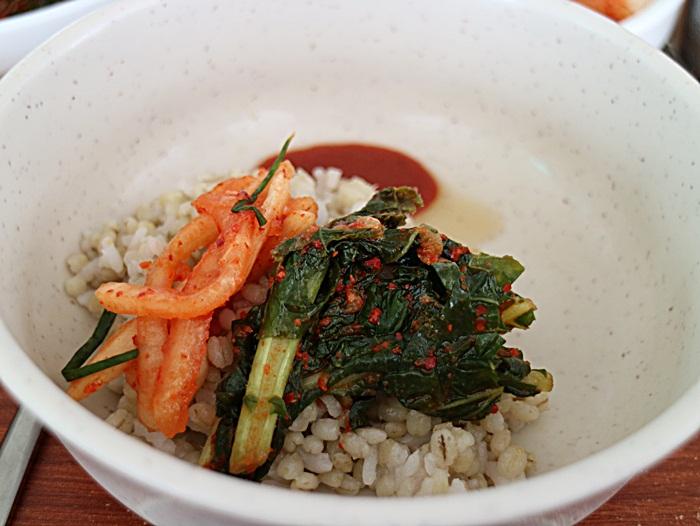 열무김치와 무김치를 얹은 보리밥