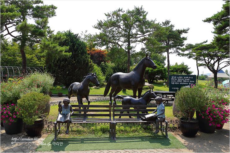 말 동상이 보이는 사진
