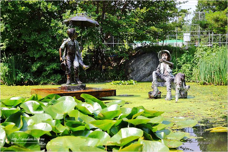 연못 위에 동상들