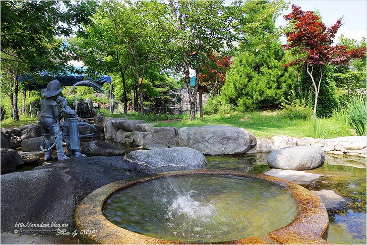 연못에 물을 뿌리는 소방관 동상