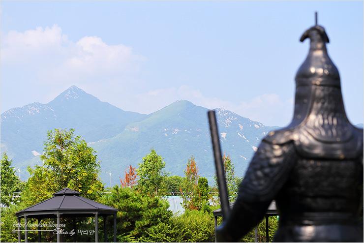 동상 앞으로 보이는 산