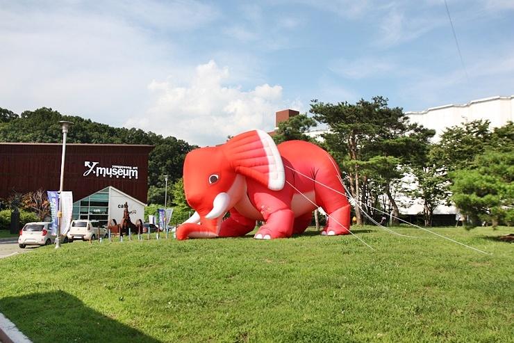 빨간색 대형 코끼리 풍선이 있는 양평군립미술관
