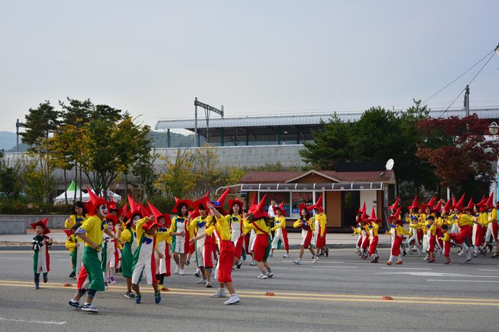 축제를 즐기는 참가자들
