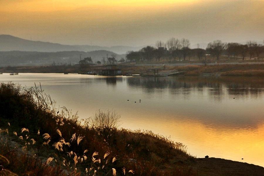 일출에 비친 남한강