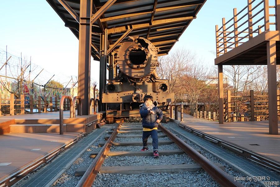 남북분단의 상징인 기차와 한 아이